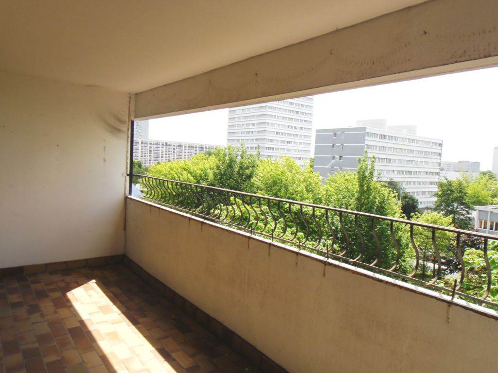 Appartement TERRITOIRE EST 207 300€ HNI 59012-141511 MONS en Baroeul Métro HOTEL DE VILLERésidence avec Ascenseur- Gardien-APPARTEMENT TYPE 5de 104m² au 4ème et dernier étage avec GARAGE, Balcon /térrasse de 10m² SUDEntrée de 9.8m² avec espace pour placard vestiaire, sol parquetSEJOUR double de 35.34m² sol parquet, BAIES VITREES coulissantes donnant sur LOGGIA de 10m²CUISINE de 9.48m² équipée - CELLIER -DEGAGEMENT avec grands placards de rangement3 CHAMBRES -2 SALLES DE BAINSGARAGE au rez de chaussée de la résidence,Bien en copropriété - Ch. Annuelles : 3 864,00 euros comprenant EAU-CHAUFFAGE-GARDIEN-ASCENSEUR-Entrtien des parties communes ..