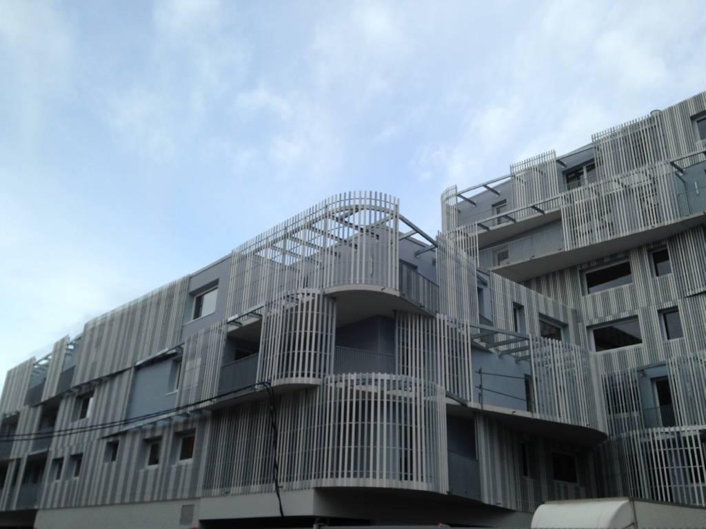 Appartement LILLE  642€/mois T2LIL-VAC Dans le quartier dEuratechnologie et très proche de lavenue de Dunkerque et de ses commerces, Résidence Neuve très originale aux lignes arrondies.  Entrée sur le séjour avec espace cuisine aménagée, terrasse exposée sud, dégagement vers les chambres (dont 1 avec terrasse exposée ouest 13m² et 1 avec aménagement dressing, salle de bains (avec branchement machine), wc.  Un emplacement de parking en sous-sol couvert et sécurisé.  Loyer : 635E  Charges : 65E  Dépôt de garantie : 635E  Part locative des frais : environ 200E