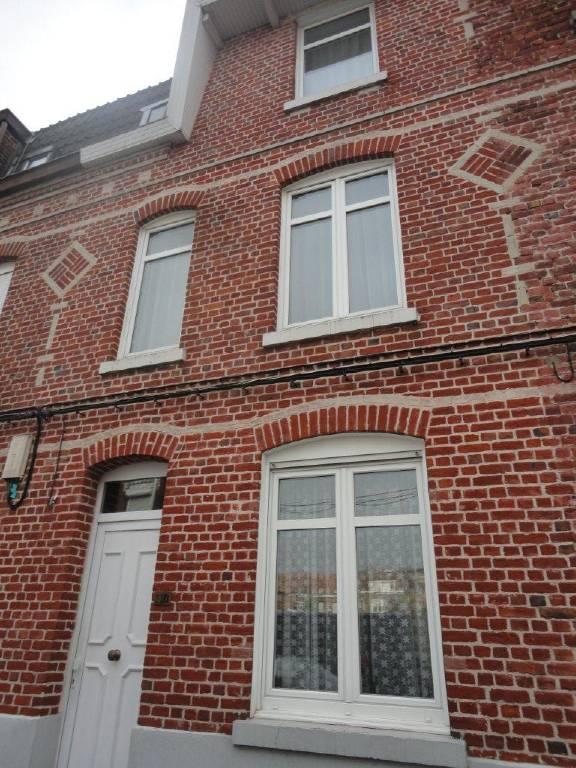 Maison COURONNE SUD DE LILLE 145 000€ HNI 59012-141604 RONCHIN Proche Mairie , Maison type 1930 de 90m² habitables comprenant:Au Rez de chaussée: un couloir dentrée - SALON SEJOUR de 23m² + Véranda de 12,5m² - CUISINE de 8m² - Salle de bains et WCAu premier étage: Un Palier - 2 CHAMBRES de 9,2 et 12,7m²Au deuxième étage: Un palier - 2 CHAMBRES de 9,2 et 12,7m²CAVE - JARDIN de 60m² exposé SUD/ESTChauffage central au GAZ - Menuiseries PVC Double Vitrage sauf 2.Maison saine à moderniser + prévoir réfection de lélectricité et installation du tout à légout.