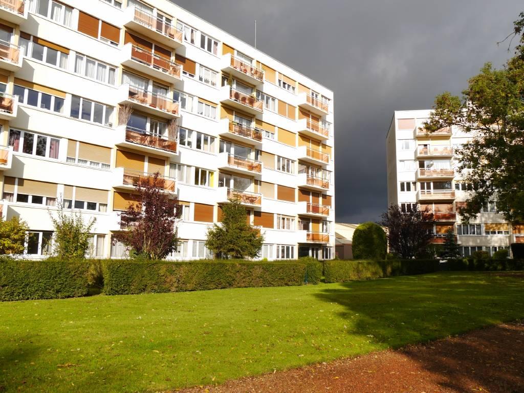Appartement COURONNE SUD DE LILLE 166 500€ HNI 59012-141609 Appartement à vendre WATTIGNIES proche commerces et CHR Dans une résidence de 1975 avec ASCENSEUR, GARDIEN, espaces verts Appartement TYPE 4 de 85,5m² en bon état , Sol parquet, menuiseries double vitrage- Séjour de 32,4m² avec grandes baies sur Balcon et vue dégagée sur parc verdoyant, exposé SUD- Cuisine équipée- Cellier- 2 CHAMBRES- 1 GARAGE + 1 PARKING aérien et CAVE - Bien en copropriété - Nb de lots : 101 Charges de copropriété annuelles: 2 440euros Taxe fonciere: 983euros  Prix de vente 160 400euros + honoraires de négociation dun montant de 6 100euros ttc charge acquéreur