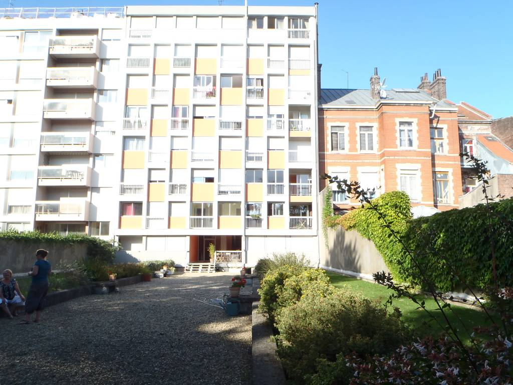 Appartement LILLE  185 000€ HNI 59012-141241 Lille rue Solférino / prox place Jeanne darc- Résidence de 1971 avec ascenseur et Jardin - Appartement Type 3 de 87m² - Traversant- Séjour de 31m² avec balcon - Cuisine de 11,5m²- Céllier- 2 CHAMBRES - Salle de bains PARKING en sous sol - CAVE - CHARGES de copro 292euros /mois (eau - chauffage- ascenseur- parties communes)  Bien en copropriété - Nb de COPROPRIETAIRES : 30