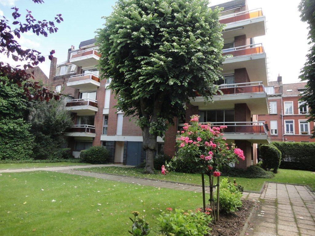 Appartement LILLE  122 000€ HNI 59012-141627 LILLE 28 rue GANTOISAPPARTEMENT TYPE 2 de 47,2 m² au rez de chaussée sur rue dune Résidence de 1975 .Séjour de 20,8m² - Cuisine de 7,3m² + Cellier- 1 CHAMBRE de 9,6m² et SALLE DE BAINS-CAVE - PARKING en sous sol .Chauffage électrique collectif par le sol -Bien en copropriété - Nb de lots : 60 - Ch. Annuelles : 1 800,00 euros comprenant provision pour eau et chauffage.