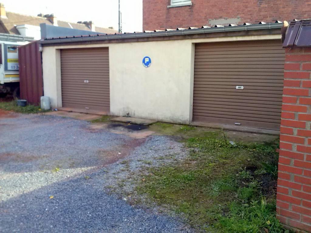 Garage TERRITOIRE EST 49 500€ HNI 59012-141633 A VENDRE à HELLEMMES limite VILLENEUVE DASCQ (Cora flers, Boulevard de louest)Une Parcelle de 147m² de terrain sur laquelle sont construits 2 GARAGES (2001).En trés bon état- 2 portes de garages -construction parpaing, Toiture type bac acier-Espace de stationnement intérieur 51m² , cloisonnement possible .+ à coté un espace de stationnement ouvert de 62m² environConviendrait trés bien à un artisan . Taxe fonciere: 429euros