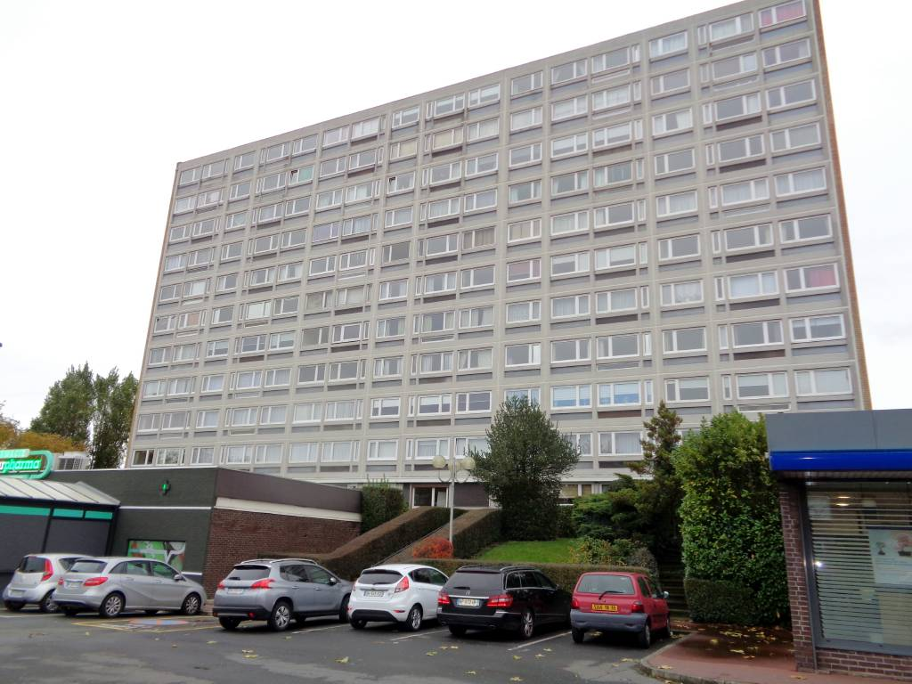 Appartement COURONNE NORD DE LILLE 137 000€ HNI 59012-141634 A VENDREMARCQ EN BAROEUL Résidence Nationale Clémenceau APPT TYPE 3 de 61m²avec GARAGE et CAVE Traversant, Lumineux, Séjour Expo Ouest de 17m²; 2 chambres de 10.2m² et 11,5m², Cuisine de 9,16m², cellier,MENUISERIES en PVC double vitrage -Construction 1966, ascenseur , concierge , commerces au pied de la Résidence- Charges annuelles 1904euros / an, (soit 158euros/mois) chauffage et eau compris.PRIX 137 000euros hni