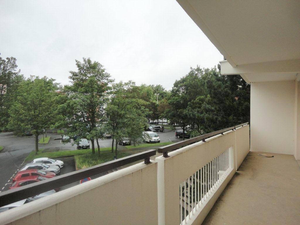 Appartement COURONNE SUD DE LILLE 95 400€ HNI 59012-141704 A VENDRE à WATTIGNIES dans une Résidence de 1973 avec Ascenseur- Appartement Type 3 de 63,6m² avec Balcon /Terrasse de 11m² exposé SUD OUEST - CAVE et PARKINGen sous-sol. SEJOUR - Cuisine- 2 Chambres - S.D.B- Bien en copropriété - Nb de lots : 64 - Ch. Annuelles : 2 092,00 euros    Prix de vente : 95 400 euros dont 5 400eurosttc dhonoraires de négociation charge acquéreur