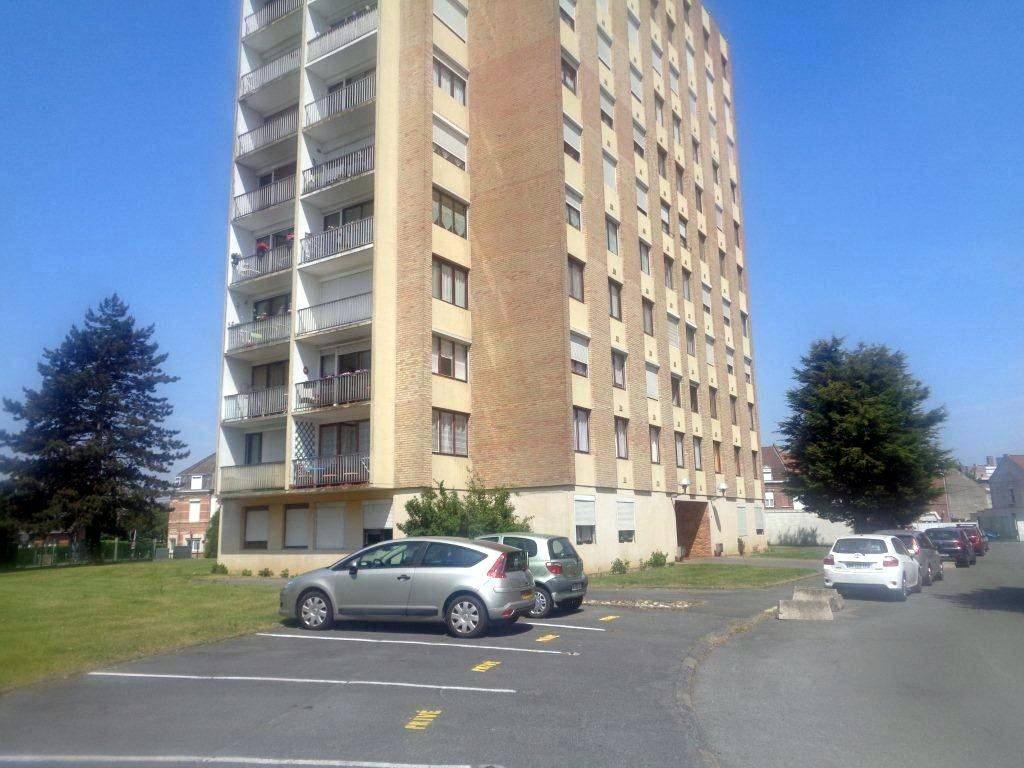Appartement COURONNE SUD DE LILLE 90 000€ HNI 59012-141713 RONCHIN Appartement T2 de 52,4m² avec GARAGE Fermé- Au 1er étage dune Résidence de 1971: SALON de 25m² exposé OUEST - Cuisine - CHAMBRE de 12,7m² - Salle de bains -CAVE-  A rafraichir -   Prix 90 000euros HNI soit 85 000euros + 5000euros ttc dhonoraires de négociation charge acquéreur (6%) selon bareme de létude chargée de la vente.