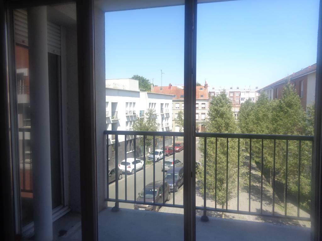 Appartement LILLE  149 000€ HNI 59012-141714 A VENDRE à LILLE  Dans une petite copropriété de 2006 au 2ème étage sans ascenseur   APPARTEMENT TYPE 2 de 39,49m² avec PARKING en sous-sol à 150métres de la Station de métro GAMBETTA  Chambre séparée, Séjour avec Balcon de 3,63m², CUISINE équipée,   Chauffage individuel GAZ- Faibles charges 932euros/an (soit 77euros/mois)- Trés bon ETAT -   Bien en copropriété - Nb de lots : 40 -   PRIX 149 000euros HNI soit 142 000euros + 7000euros ttc dhonoraires de négociation charge acquéreur (4.92%)  selon barème de létude chargée de la vente: 6000euros ttc + 2,5% sur la partie du prix > à 100 000euros. Montant arrondi à la centaine deuros inférieure.