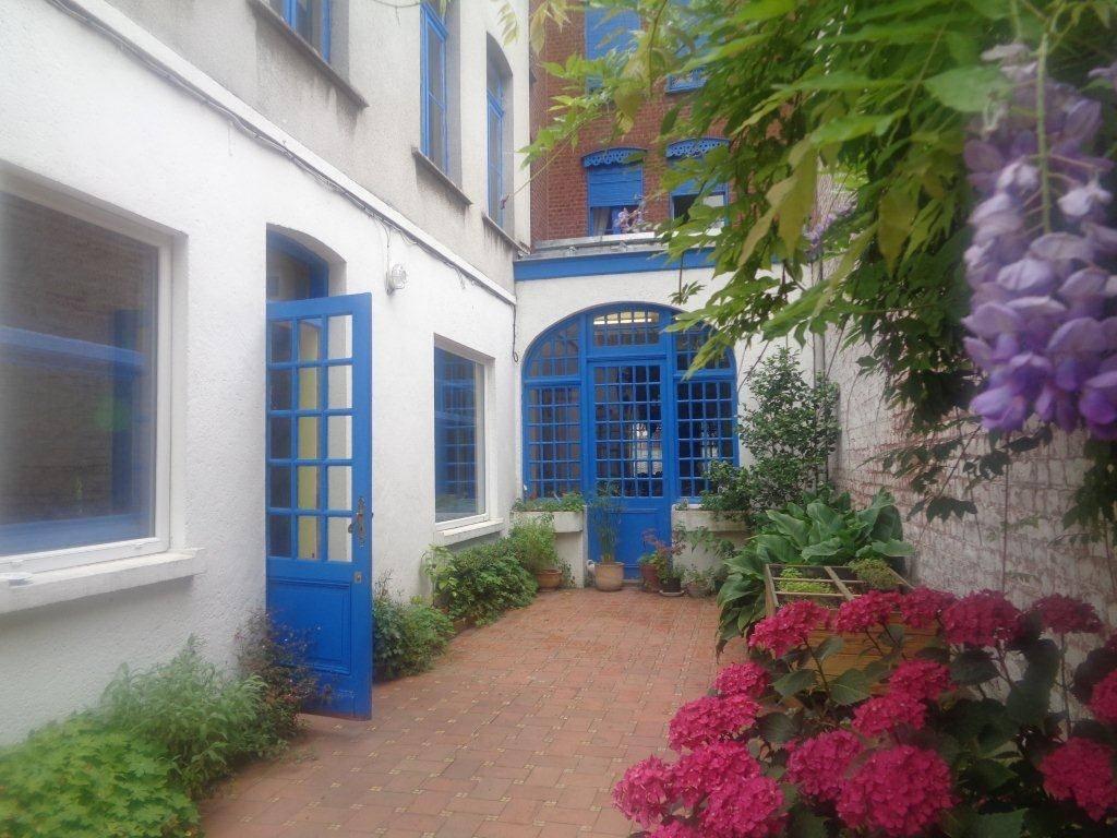 Maison TERRITOIRE ROUBAISIEN 424 000€ HNI 59012-141717 ROUBAIX (Le fresnoy/Alsace)  Maison Bourgeoise de 315m² habitables avec Jardin de 300m² exposé SUD OUEST avec 2 GARAGES au fond.  Charme de lancien : Parquet chevron, cheminées, boiseries,..  Au rez de Chaussée: HALL dentrée , SALON(Parquet chevron, cheminées, moulures), Séjour + SALLE à manger sous verrière ensemble55m² , cuisine .  Au premier Niveau: Palier, 2 CHAMBRES (18 et 19,5m²) dont 1 avec grande bibliothèque, Salle de bains et salle de douches,  Lingerie  Au deuxième Niveau: Palier, 3 CHAMBRES (20; 21;et 26m²), 1 salle de douches avec sauna.  Au troisième Niveau: Un grand grenier ISOLE (murs et plafonds récents) de 56m² environ (possibilté espace parental, ou espace studio)      Maison totalement EXCAVEE  PRIX 424 000euros HNI soit 410 250euros + 13 750euros(3.35%ttc) dhonoraires de négociation charge acquéreur   selon barème de létude chargée de la vente 6000eurosttc + 2,5% sur la partie du prix supérieure à 100000euros.