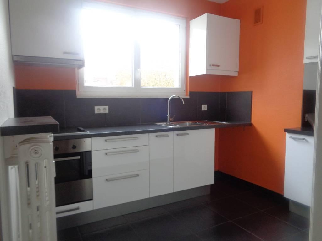 Appartement LILLE  195 000€ HNI 59012-141727 LILLE VAUBAN dans une Résidence avec ASCENSEUR et à proximité de la Catho  Appartement Type 2 Traversant , Lumineux de 60,08m² comprenant un hall dentrée, SALON SEJOUR de 24,43m² exposé SUD/Ouest,  Cuisine EQUIPEE - CHAMBRE de 16,5m² avec placard - Salle de bains avec DOUCHE- WC -  Appartement situé au 3ème étage, TOTALEMENT rénové en 2009/2010- Sols parquet Bambou et carrelage- Menuiseries en PVC double vitrage -  Cave  Bien en copropriété - Ch. Annuelles : 1 800,00 euros comprenant provision eau , Chauffage, parties communes...  PRIX DE VENTE 195 000euros HNI soit 186 900euros + 8 100euros ttc dhonoraires de négociation charge acquéreur selon barème de létude chargée de la vente pour la tranche de prix > à 100 000euros: 6000euros ttc + 2.5% sur la partie du prix >à 100000euros.