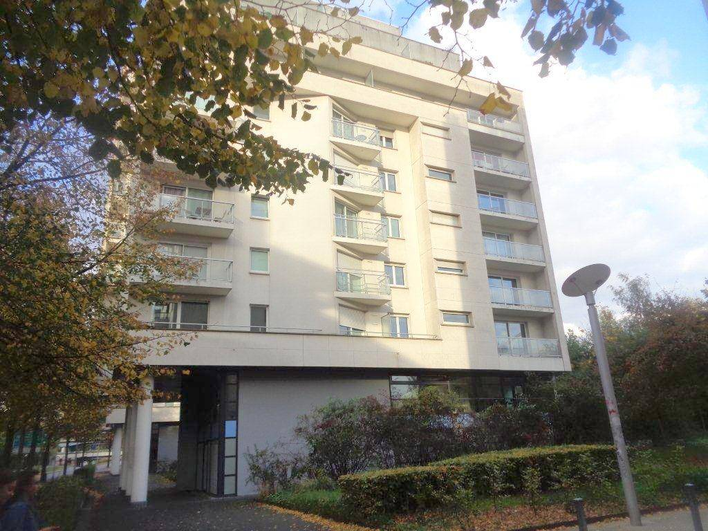 Appartement LILLE  230 000€ HNI 59012-141731 APPARTEMENT A VENDRE   LILLE GARES (8 minutes à pied) dans un Résidence de 2000.  Un appartement type 3 de 69m² avec 2 Balcons SUD et PARKING en sous-sol  SALON SEJOUR de 24m² - CUISINE équipée - 2 CHAMBRES de 11,6m² et 10,15m²-   Céllier -   CHAUFFAGE individuel électrique - Menuiseries en PVC double vitrage -  CHARGES de copropriété: Prévoir 1620euros/AN comprenant eau , ascenseur, Syndic, entretien espaces verts, Régisseur...  Bien en copropriété - Nb de lots : 75 -    PRIX 230 000euros honoraires de négociation inclus dun montant de 9000euros ttc charge acquéreur selon barème de létude chargée de la vente: 6%ttc jusque 100 000euros + 2.5%ttc sur la partie supérieure à 100 000euros
