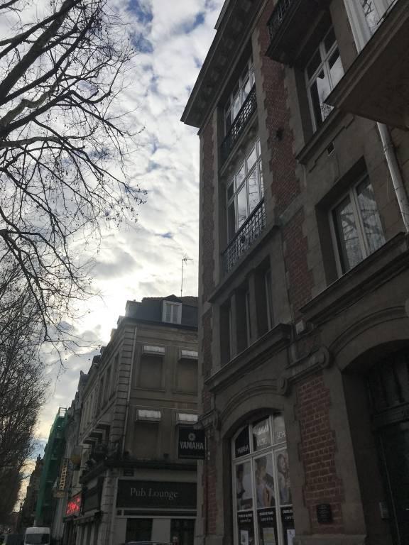 Appartement LILLE  900€/mois T3LIL-SPR Au pied du Parc Jean-Baptiste Lebas, dans un petit immeuble de 5 lots, stationnement facile, Grand Place de Lille à 10 minutes à pied.  Grand T3 en bon état et rénové partiellement (quelques peintures et lélectricité) composé dune entrée, séjour, salle à manger avec placards, cuisine séparée avec quelques meubles, cellier, wc, 2 chambres dont 1 avec salle de bain attenante.   Au sous-sol du logement une grande cave.   Loyer : 900E   Charges : 65E   Dépôt de garantie : 900E   Part locative des frais : 900E    Consultation de nos honoraires : http://www.martin-associes.notaires.fr/images/honoraires.pdf