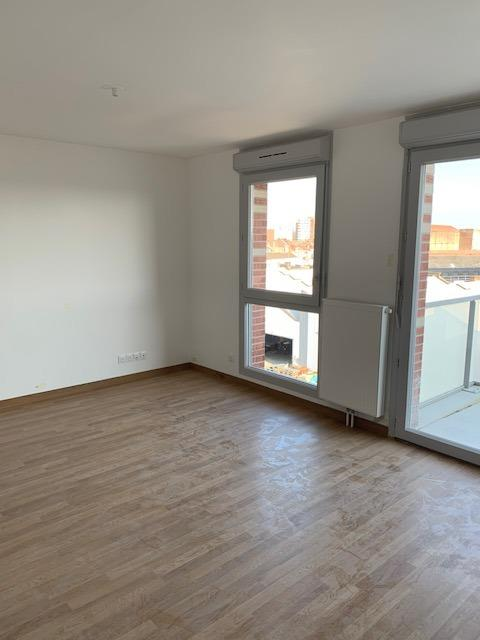 Appartement TERRITOIRE ROUBAISIEN 560€/mois LOC-T2HEL-GOD Au coeur dHellemmes, dans une résidence neuve à deux pas du métro et entre Villeneuve Dascq et Lille.Résidence intimiste avec un parc intérieur arboré, idéalement placée proche du métro et des commerces.Lappartement est au 4ème étage, il dispose dun balcon sans vis-à-vis avec vue sur le parc intérieur.Lagencement offre une pièce de vie confortable avec cuisine ouverte, il y a ensuite un dégagement qui mène à la chambre et la salle de bains.Un parking est attaché au logement et se trouve en sous-sol.Le chauffage et leau chaude sont individuels au gaz.Location sur plan et visite de chantier possible dès aujourdhui pour une livraison courant mai 2019.Loyer : 560eurosCharges : 50eurosDépôt de garantie : 560eurosPart locative des frais : 551.20eurosConsultation de nos honoraires : http://www.martin-associes.notaires.fr/images/honoraires.pdf
