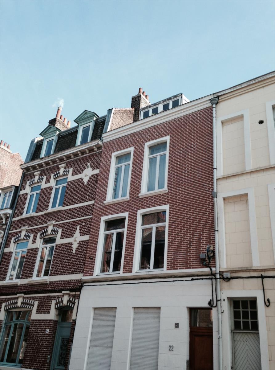 Appartement LILLE 500€/mois LOC-T1-3RLILL-MAR T1 au dernier étage (3ème), à proximité du métro Cormontaigne.Lappartement est composé dune pièce de vie avec un coin cuisine équipée (2 plaques électriqueet frigo top),mezzanine, une salle de douche avec wc.Le chauffage et leau chaude sont individuels et électrique.Loyer : 500 eurosCharges : 32eurosDépôt de garantie : 500 eurosPart locative des frais : 300.30eurosConsultation de nos honoraires : http://www.martin-associes.notaires.fr/images/honoraires.pdf
